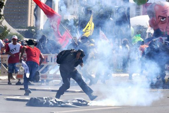 Incidentes durante las protestas contra Temer. Foto: AFP.