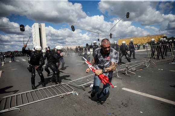 Incidentes durante las protestas contra Temer. Foto: Efe.
