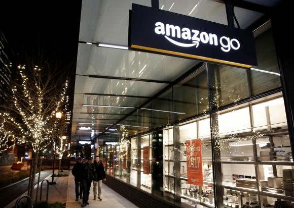 Amazon. Lanzó Amazon Go, un formato de local físico donde no existen cajeros, los usuarios eligen los productos, los escanean y se suman a un carrito virtual que se debita de la tarjeta.