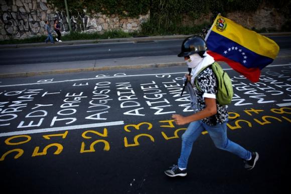 Opositores escribieron en las calles de Caracas los nombres de los manifestatantes, Foto: Reuters