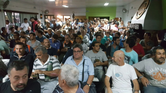 Sindicato de Fanapel realiza asamblea en su sede de Juan Lacaze. Foto: D. Rojas