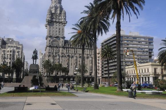 La Plaza Independencia en la actualidad, con el Palacio Salvo y el monumento al Prócer José Artigas.
