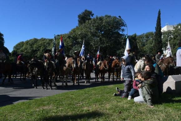 El desfile y el acto en el Obelisco fue acompañado por chicos y grandes. Foto: A. Colmegna