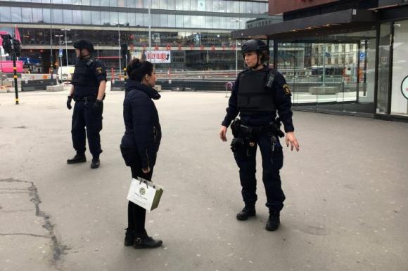 Policías inspeccionan el lugar. Foto: Reuters.