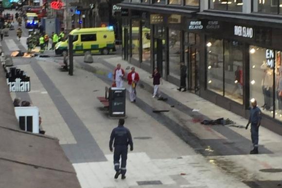 Se reportan al menos tres personas fallecidas tras el ataque. Foto: Reuters.