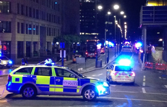 Policías atienden incidentes en Londres. Foto: AFP