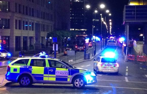 Policías atienden incidentes en Londres. Foto: AFP