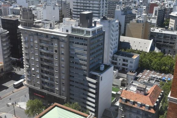 La Torre ACSA, frente a la Intendencia de Montevideo.