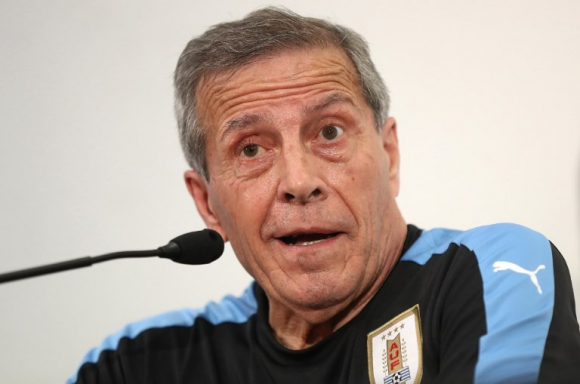 El maestro Óscar Tabárez en conferencia de prensa. Foto: AFP