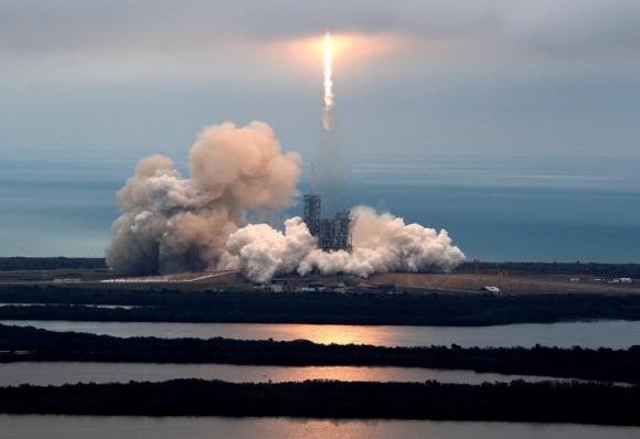 El cohete Falcon 9 de SpaceX en el momento del despegue. Foto: Reuters