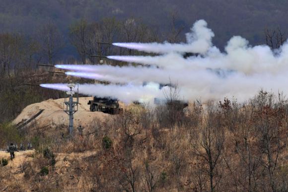 Los ejercicios se realizaron al norte de Seúl, a escasos 30 km de la frontera norte. Foto: AFP