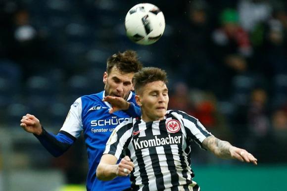 Guillermo Varela disputando el balón en el partido de Eintracht Frankfurt. Foto: Reuters