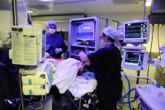 La tarea del anestesista consiste en inducir al paciente a un coma reversible.