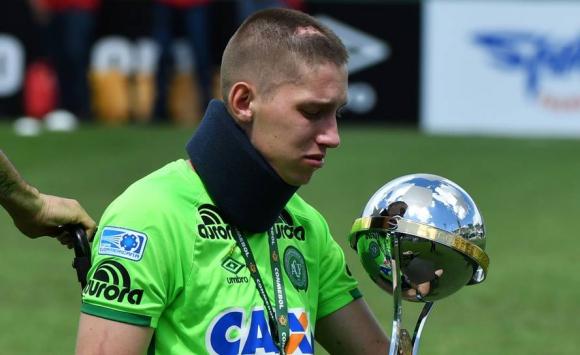 Chapecoense volvió a jugar tras la tragedia. Jackson Follmann, Alan Ruschel y Helio Neto estuvieron presentes. Foto: AFP