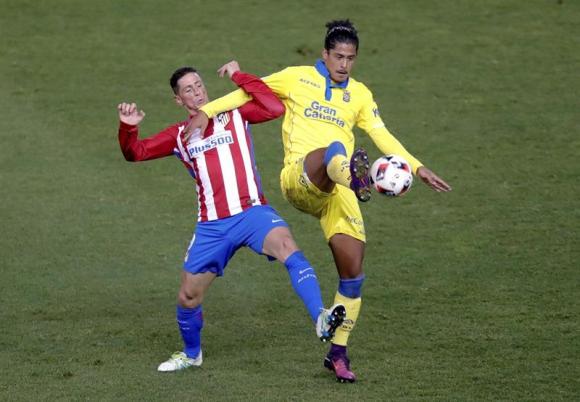 Mauricio Lemos marcando a Fernando Torres. Foto: EFE