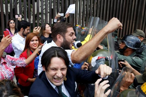 Diputados opositores y manifestantes en la puerta del Tribunal Supremo. Foto: Reuters