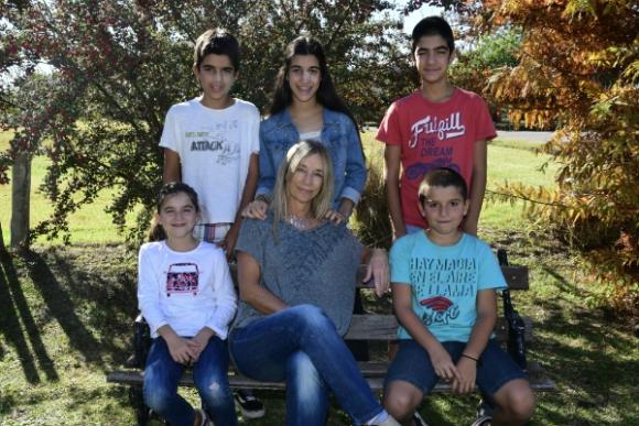 Josefina junto a sus cinco hijos: Felipe, Santiago, Avril, Azul y Juan Cruz. Foto: Marcelo Bonjour.