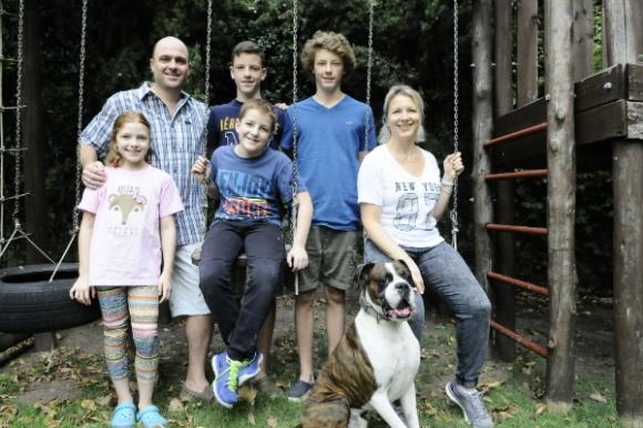 Mónica y Adrian junto a sus cuatro hijos: Martín y Nicolás, Florencia y Tomás. Foto: Darwin Borrelli.