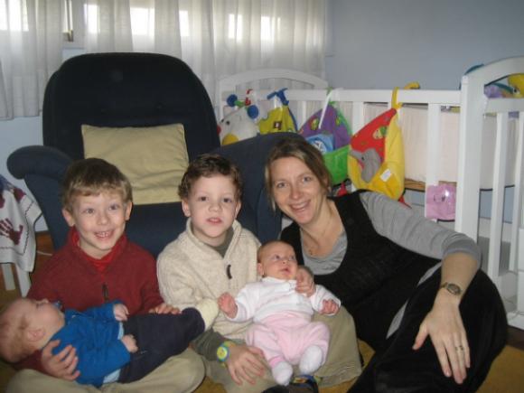 Los hermanos mayores siempre ayudaron a Mónica a cuidar a los menores.
