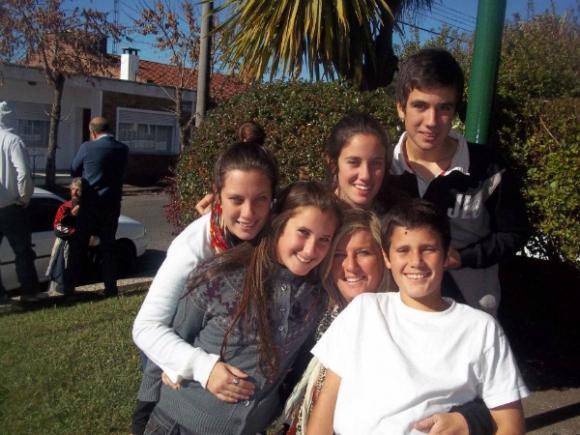 Andrea rodeada de sus cinco hijos.
