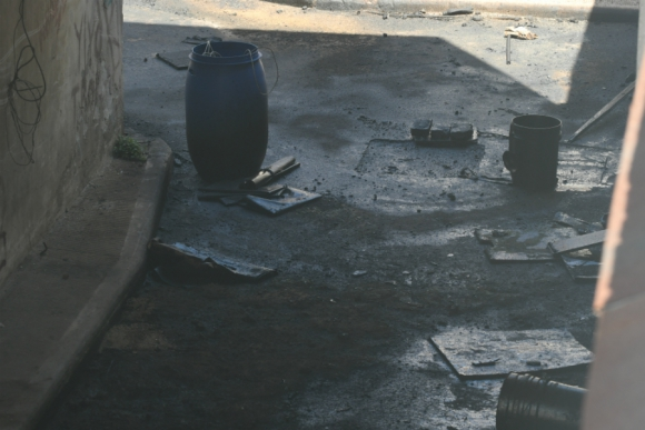 En espera: el fuel oil aflora del tanque subterráneo cada vez que llueve. Foto: A. Colmegna