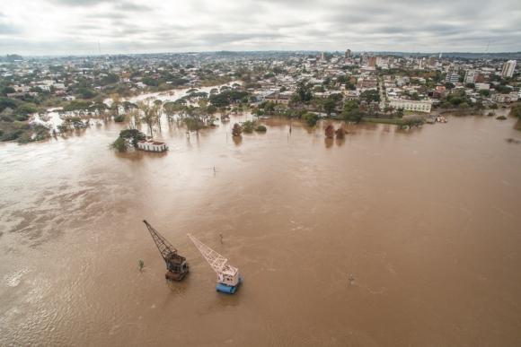 Las aguas del Río Uruguay continúan creciendo sobre las costas de Bella Unión, Salto, Paysandú y Río Negro. Foto: Gerardo Fiorelli