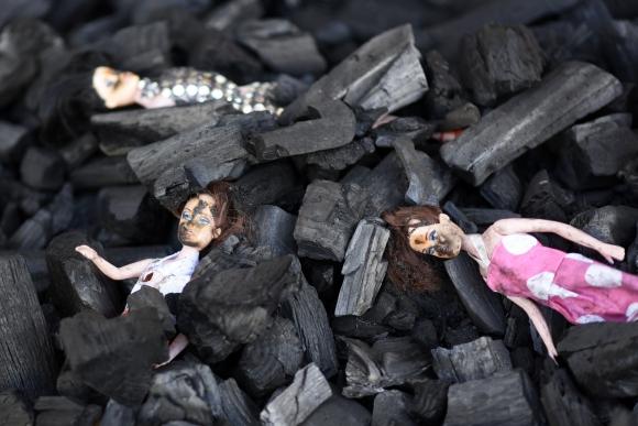 Manifestantes ponen muñecas quemadas frente a la Casa Presidencial. Foto: EFE