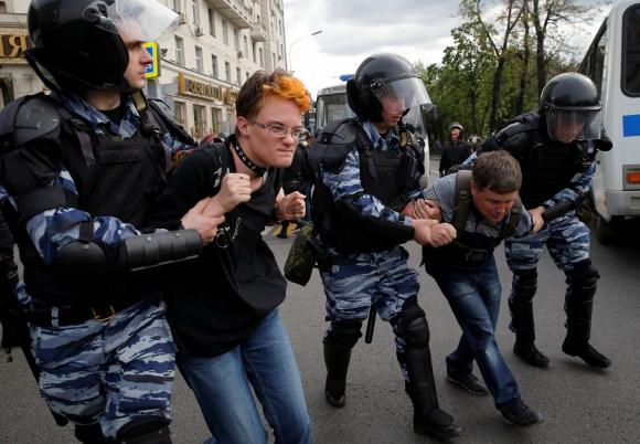 Policías antidisturbios deteniendo manifestantes. Foto: Reuters