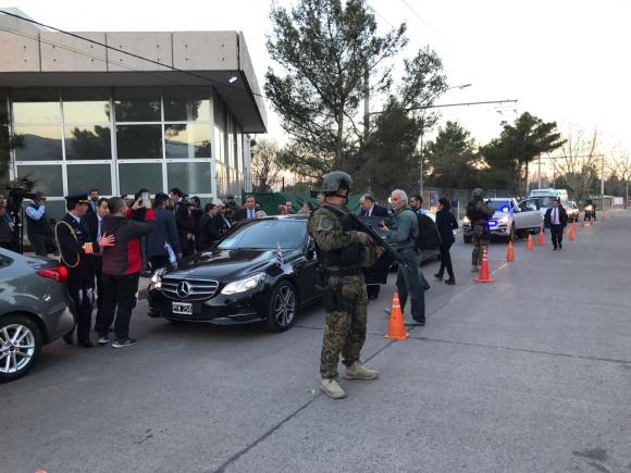 Soldados armados a guerra fueron encargados de custodiar delegaciones. Foto: P. Fernández