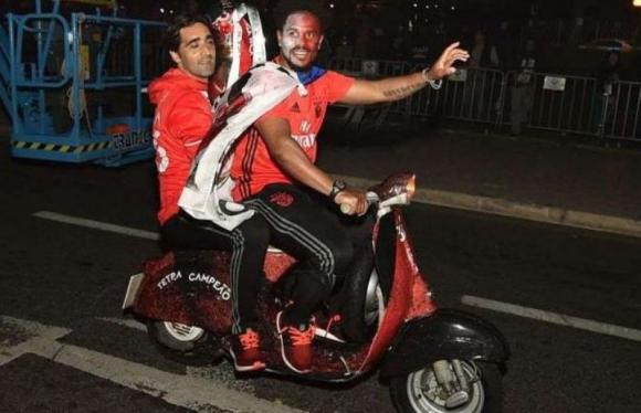 Eliseu Pereira festejó con su moto Vespa y siguió la fiesta en las calles. Foto: Abola