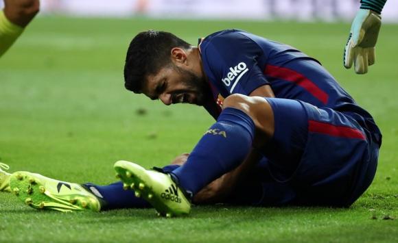 Luis Suárez sentido en el partido de Barcelona. Foto: Reuters