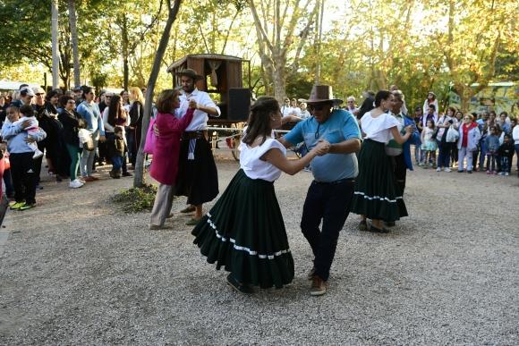 De fiesta: El ruedo pasó a ser platea y no faltó la danza criolla. Foto: Marcelo Bonjour