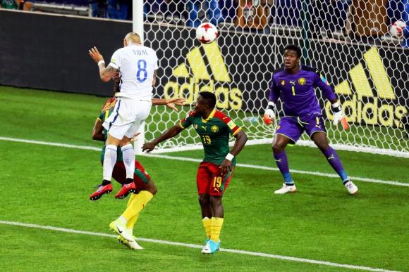 Arturo Vidal y su cabezazo de gol ante Camerún. Foto: Reuters