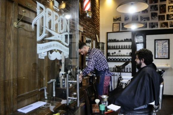 Barón, La Barbería que Esconde un Secreto, recrea la atmósfera retro.