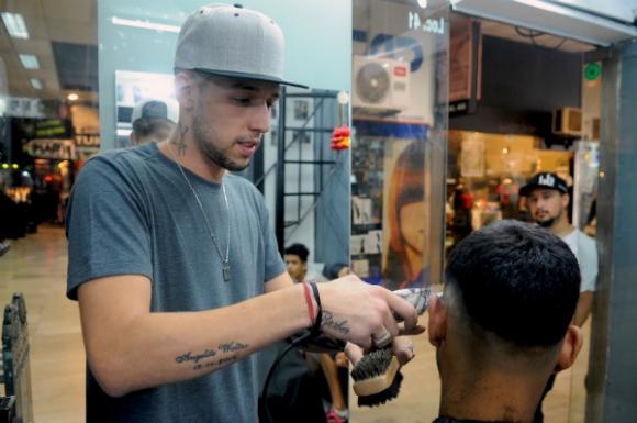 Nicolás González estudió el arte del barbero con un maestro peruano.