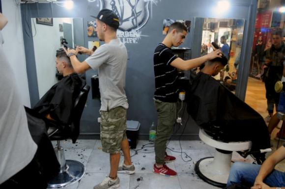Un toque juvenil para esta barbería acorde al público que recibe.