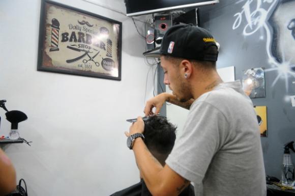 Los jóvenes estilitas exhiben con orgullo su condición de barberos.