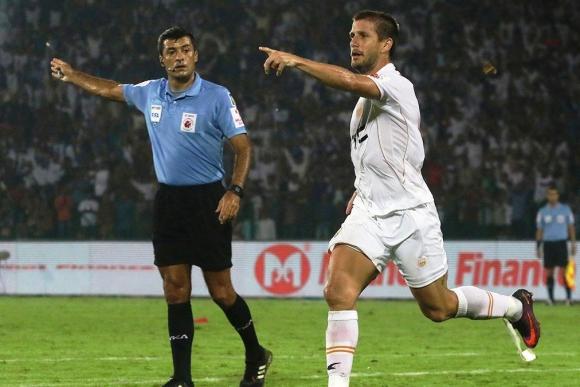 Emiliano Alfaro festeja su gol para el NorthEast United. Foto: @IndSuperLeague