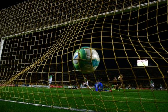 Lucas Cavallini ya festeja su gol de taco ante Plaza Colonia. Foto: Gerardo Pérez.