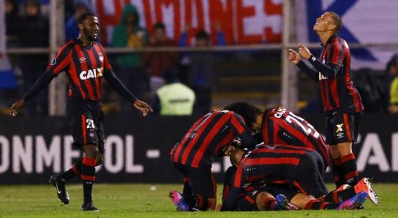 Los jugadores de Atlético Paranaense festejan la clasificación. Foto: Reuters