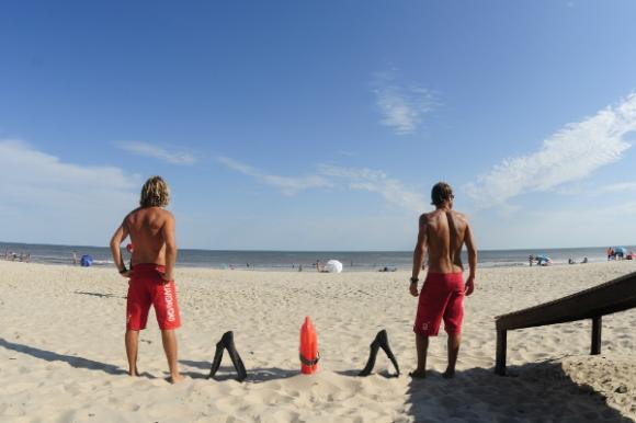 Guillermo Rodríguez y Daniel Molina, guardavidas en la playa Brava de Atlántida.  (Foto: Fernando Ponzetto)