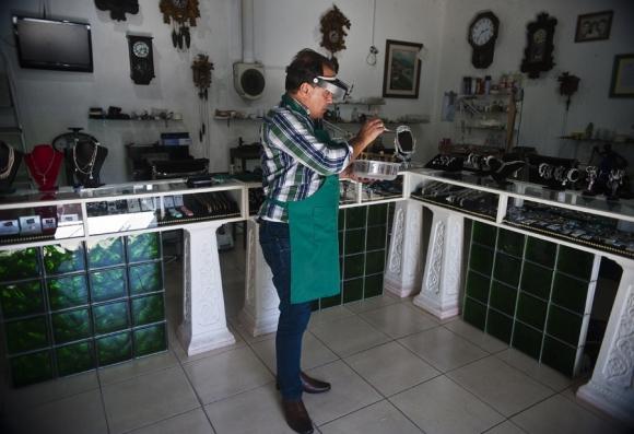 Este ladrón retirado dice que disfruta de reparar relojes antiguos, una habilidad que cree que es innata. Foto: F. Ponzetto