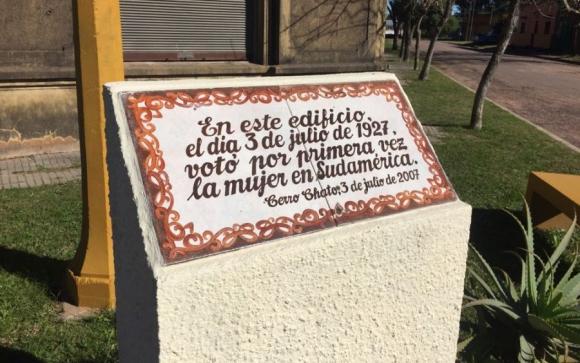 Una placa conmemora el hecho histórico. Foto: Néstor Araújo