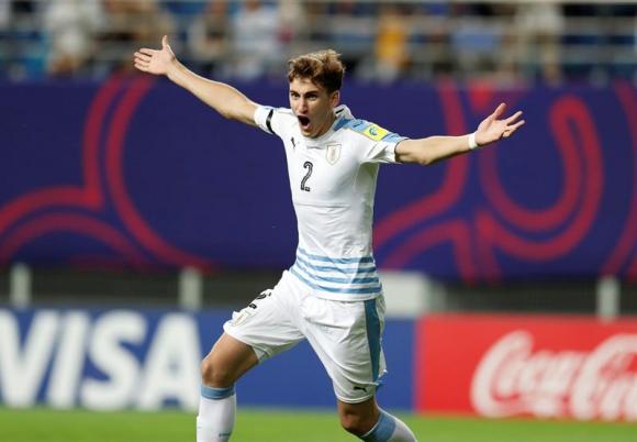 Bueno ya mandó la pelota a la red, Uruguay clasificó y así empezó el festejo. Foto: EFE