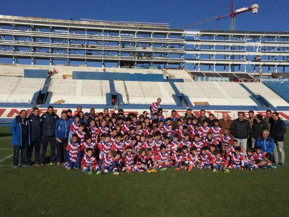 Los niños junto a los jugadores y el cuerpo técnico en el GPC. Foto: @nacional