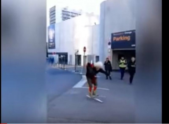 Aficionado del Niza monta un espectáculo al ir al estadio con esquíes. Foto: Captura.