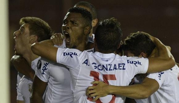 Los jugadores tricolores festejan uno de los goles del equipo albo.