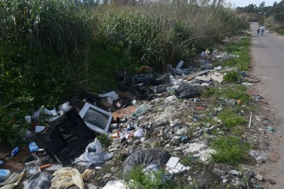 Se necesitarían 70 camiones para limpiar los desechos. Foto: Ariel Colmegna