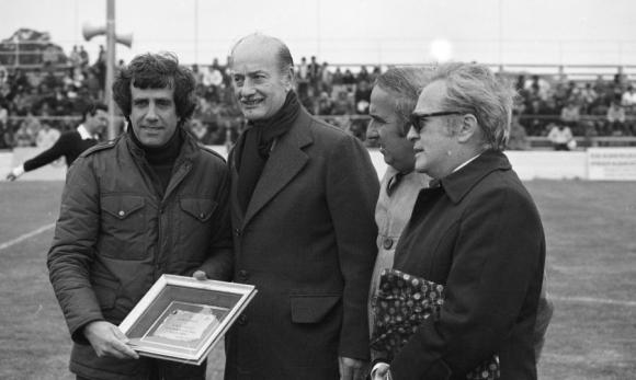 Tabaré Vázquez cuando era presidente de Progreso en un partido contra Peñarol. Foto: archivo El País