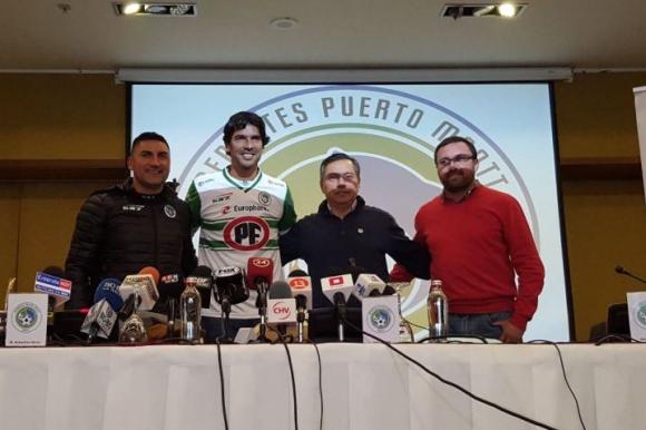Sebastián Abreu presentado oficialmente en Deportes Puerto Montt. Foto: Prensa Deportes Puerto Montt.